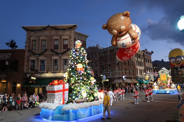 minions christmas macys holiday parade - Best Tips for Celebrating the Holidays at Universal Orlando