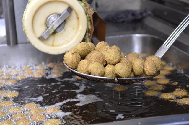Deep fried falafels at the Hashem restaurant in Amman, Jordan - Eating a Falafel for the First Time