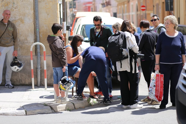 an Italian aids a tourist in Italy