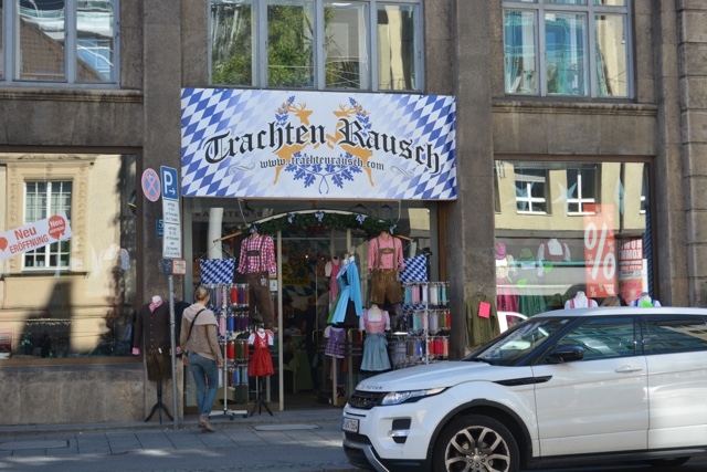 oktoberfest dirndl dress and lederhosen outlet in Munich - Where to buy a dirndl dress and lederhosen pants for Oktoberfest in Munich