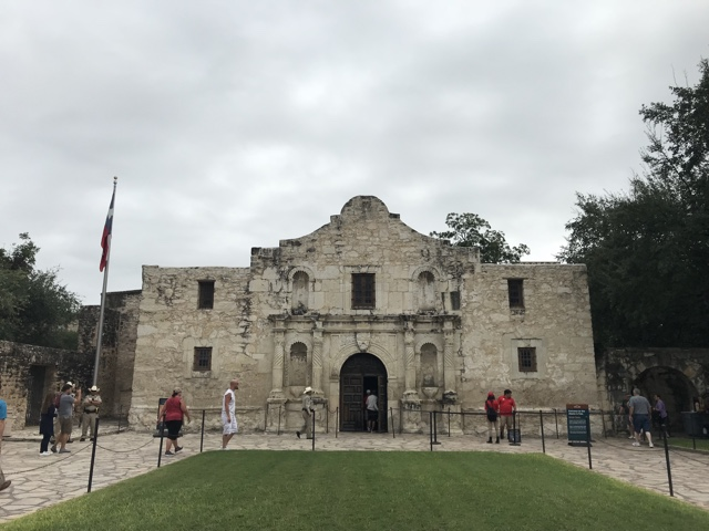 the front of the alamo in san antonio