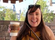 hot butter beer in hogsmeade with hogwarts at Universals Islands of Adventure